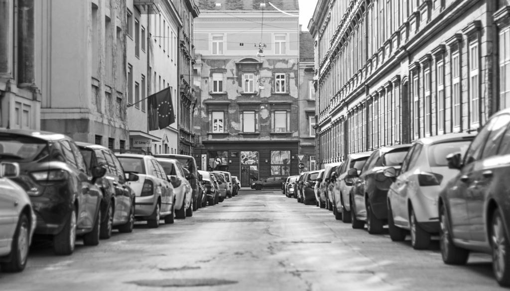 straat met autos zwart wit